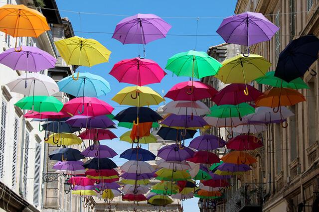 Le phénomène des parapluies colorés suspendus
